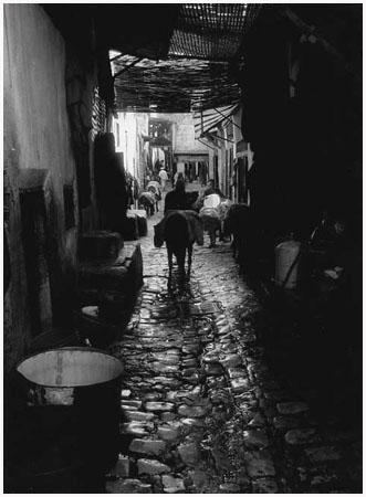 http://bruno.leteinturier.free.fr/MAROC/maroc%20noir%20et%20blanc/ruelle-au-pave-mouille.jpg
