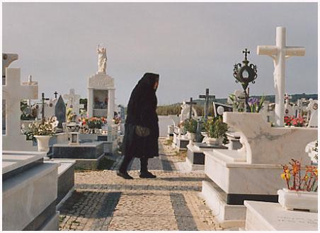 http://bruno.leteinturier.free.fr/pages_portugal/mamie-et-cimetiere.jpg